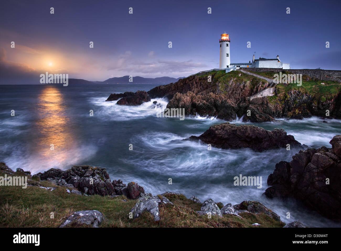 Fanad Head capturé comme une pleine lune s'élève derrière le phare Photo Stock
