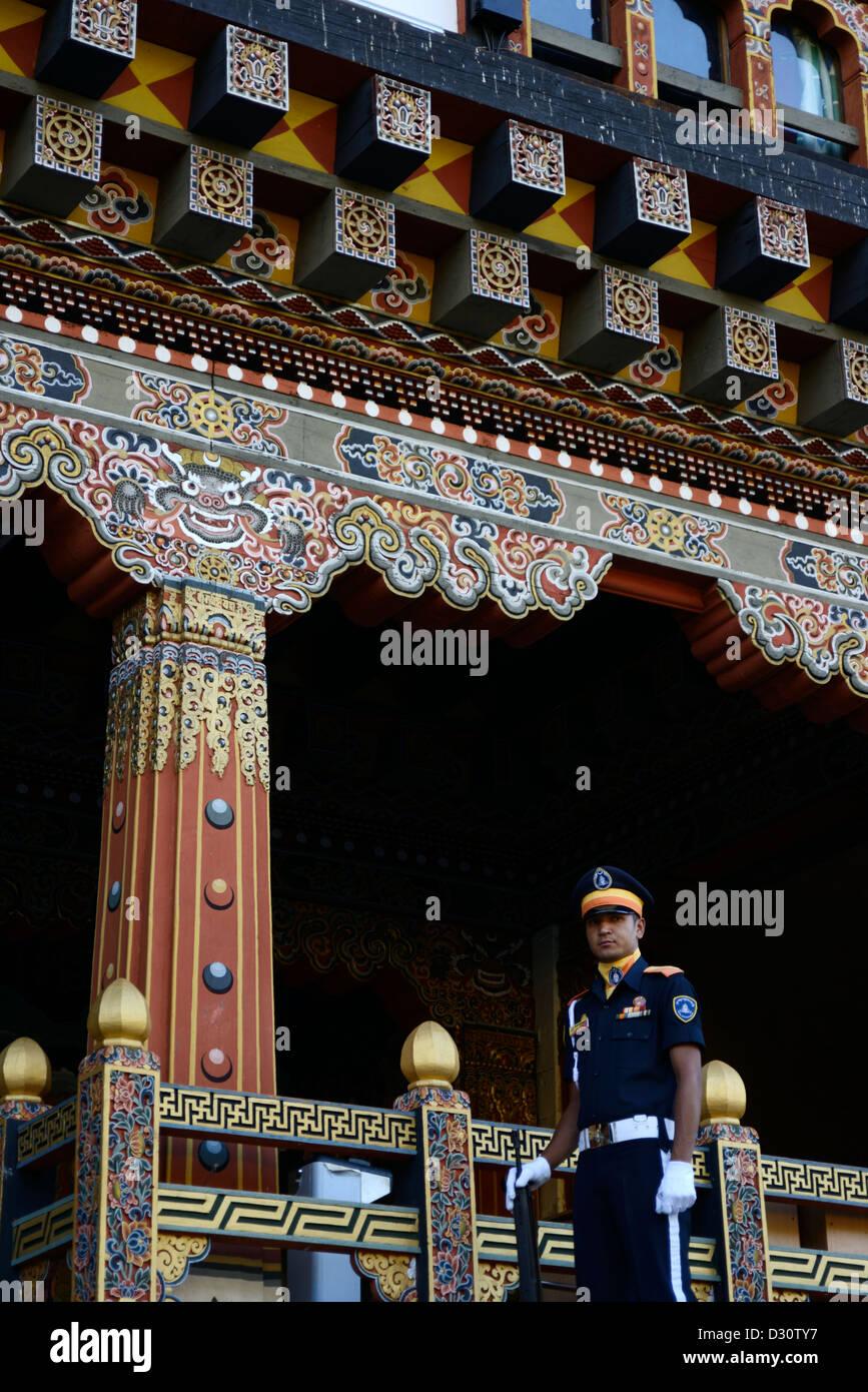 Garde à l'entrée de Trashi Chhoe Dzong Trashi ou chodzong,ancienne forteresse. Aujourd'hui partie Photo Stock