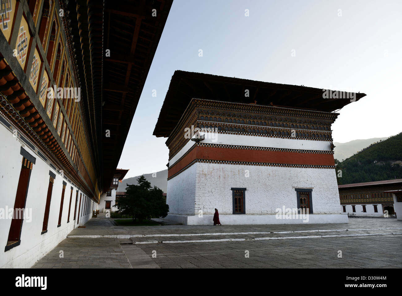 Monk promenades à travers cour chodzong à tashi dzong, forteresse de la glorieuse religion,Bhoutan,36MPX Photo Stock