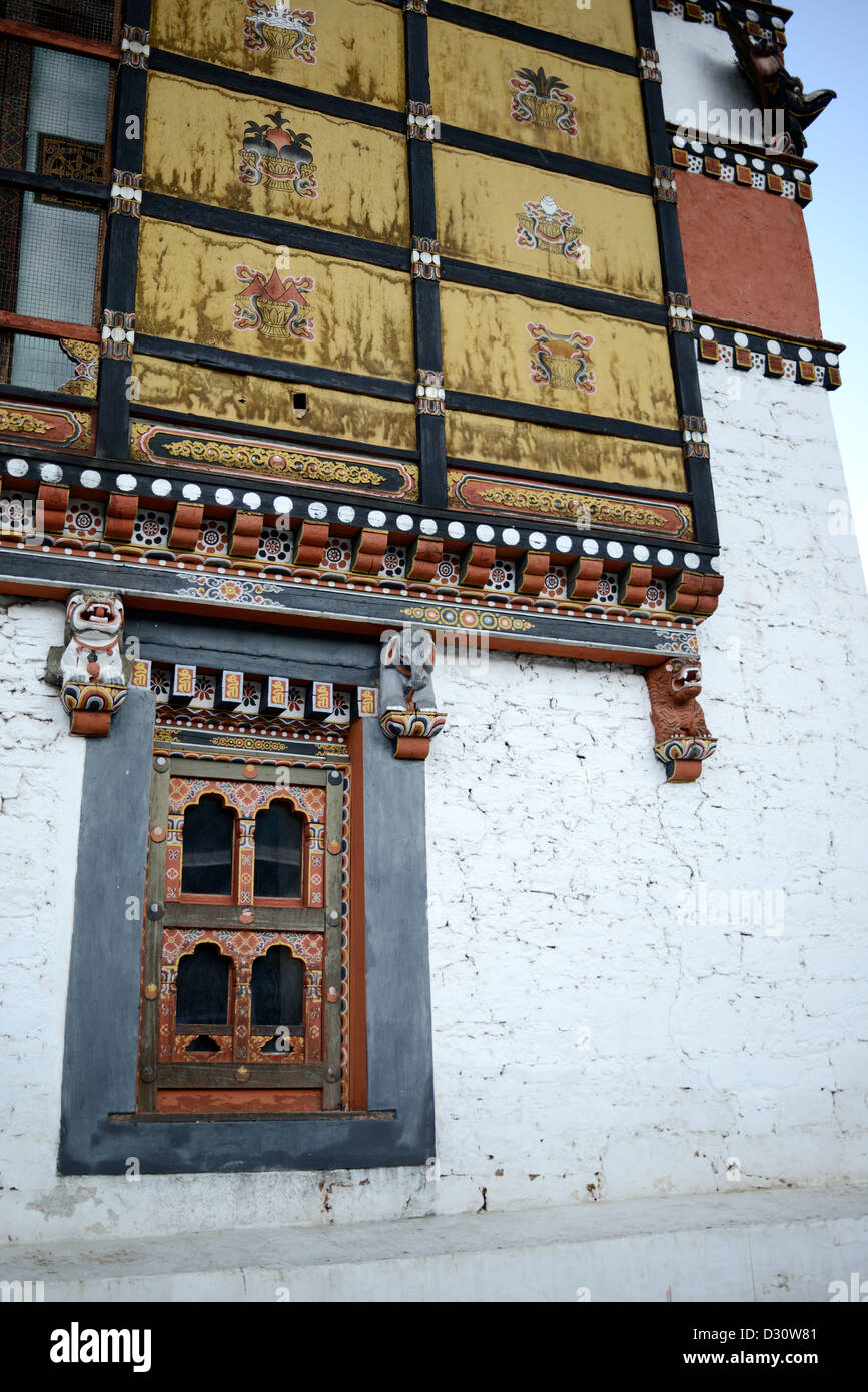 Les détails architecturaux, façade dans la cour de triage à tashi chodzong dzong, forteresse de la Photo Stock