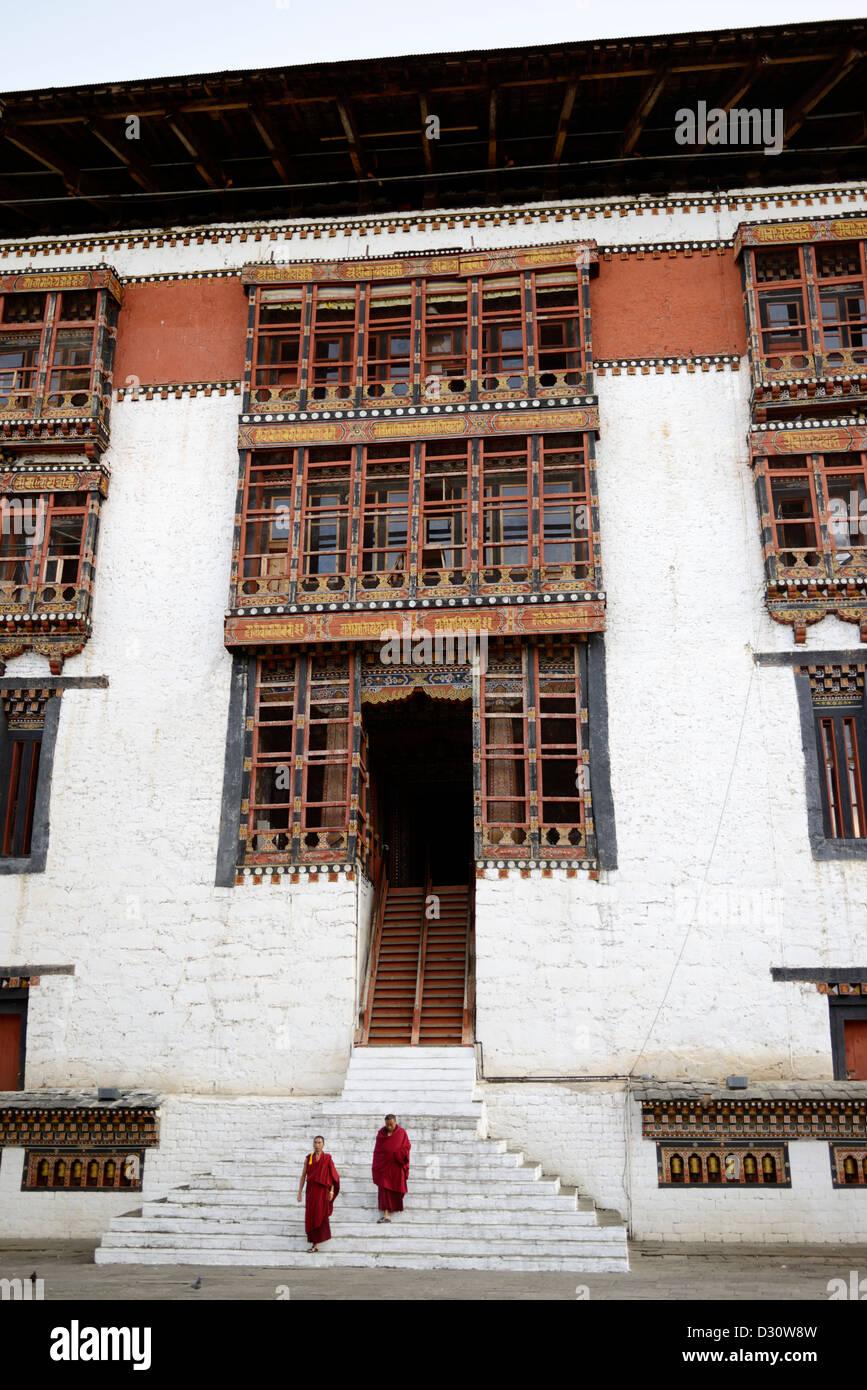 Les détails architecturaux, des moines dans la cour de triage à tashi chodzong dzong, forteresse de la Photo Stock