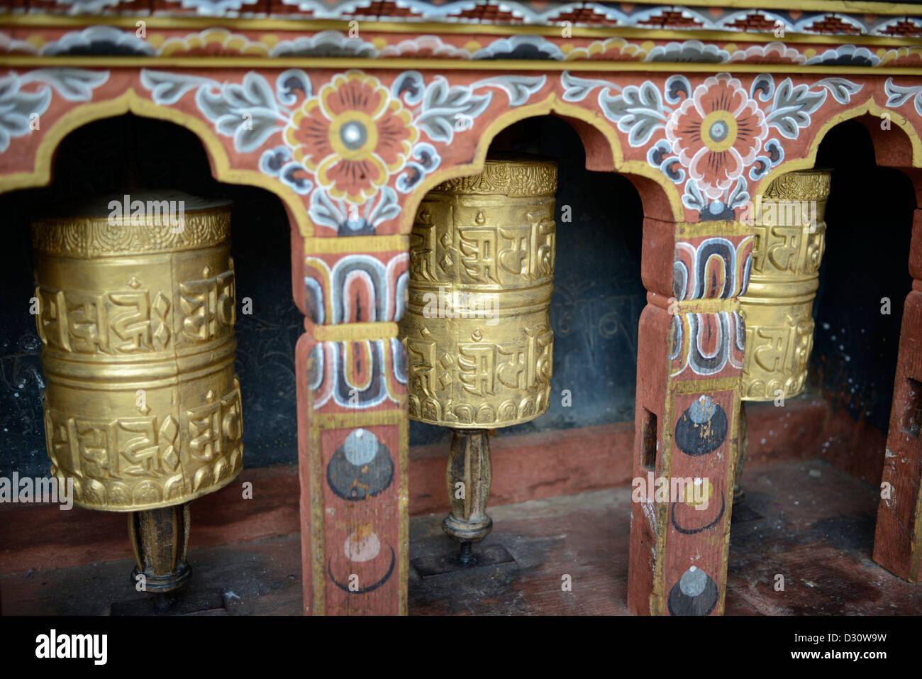Roues de prière dans la cour à tashi chodzong dzong, forteresse de la glorieuse religion,Bhoutan,36MPX Photo Stock