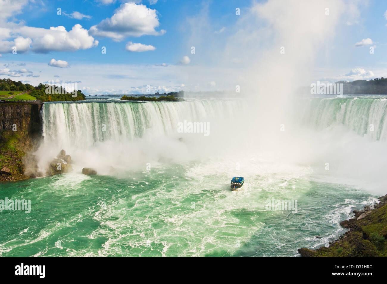 Maid of the Mist Boat cruise avec les touristes en bleu d'imperméables Horseshoe Falls sur la rivière Niagara, Ontario Banque D'Images
