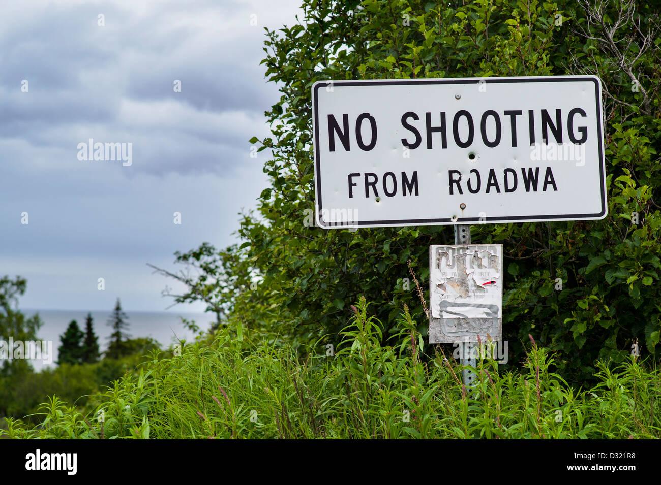 """Signer avec trous de balle se lit """"Pas de tir"""" de la chaussée sur l'autoroute 1 près de Photo Stock"""