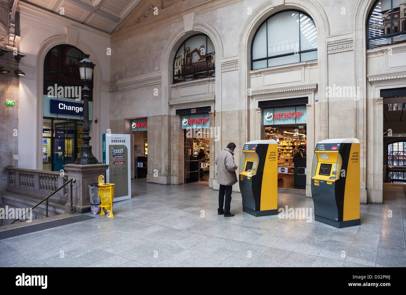 La gare la gare st lazare à paris avec les distributeurs de
