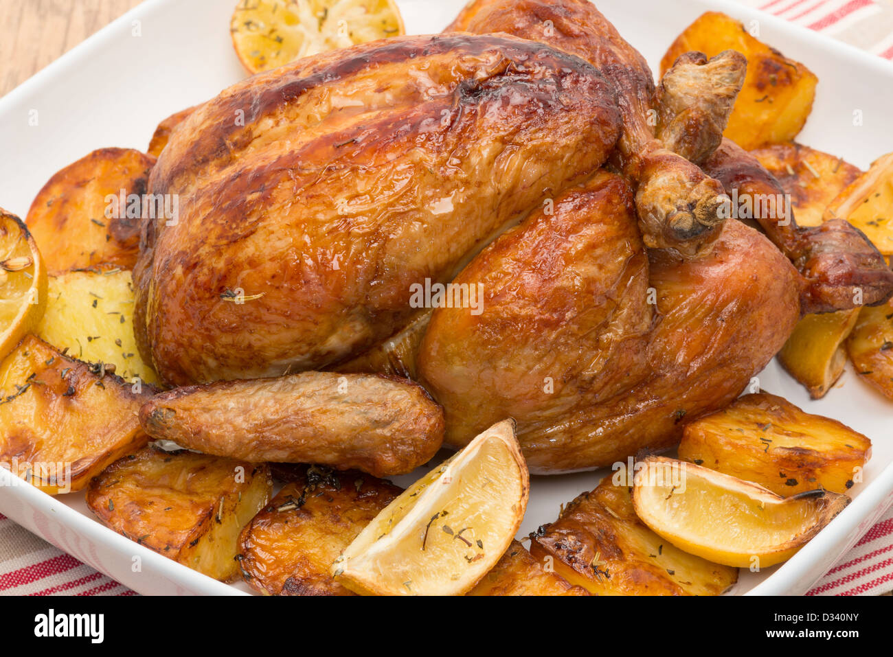 Poulet rôti avec pommes de terre rôties et de citron. Photo Stock