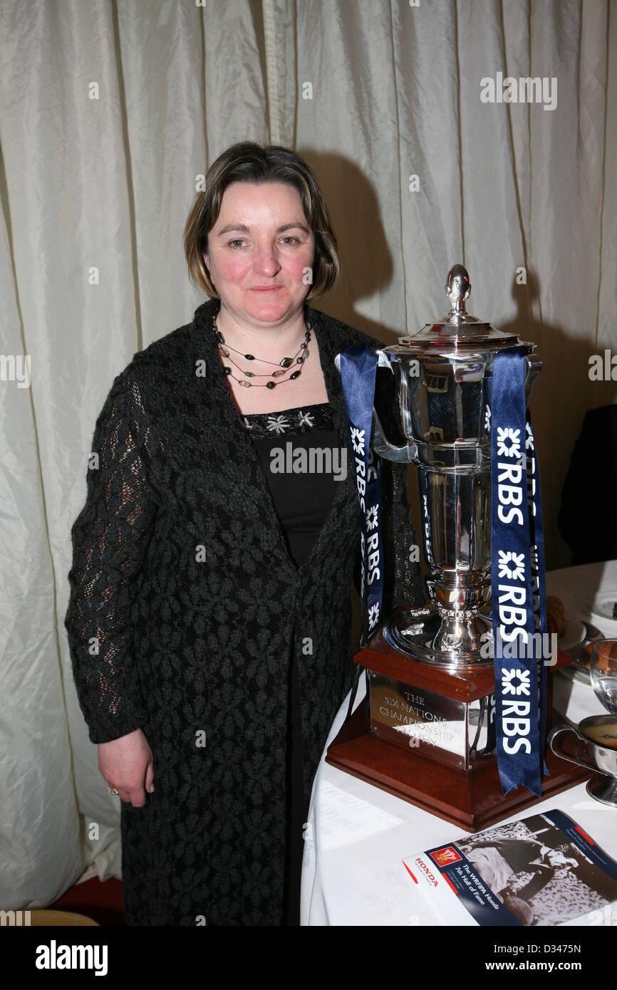 Gravell mari épouse de feu Welsh Rugby legend Ray Gravell avec le trophée du Tournoi RBS 6 Nations. Photo Stock