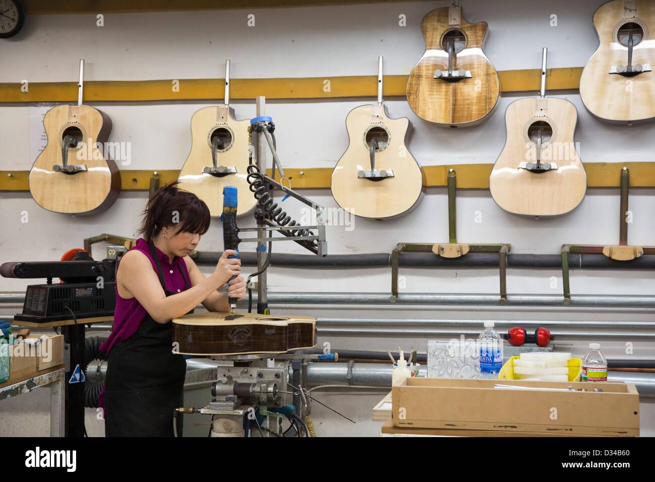 El Cajon, Californie - Les ouvriers effectuent à la Guitares Guitares Taylor usine. Photo Stock