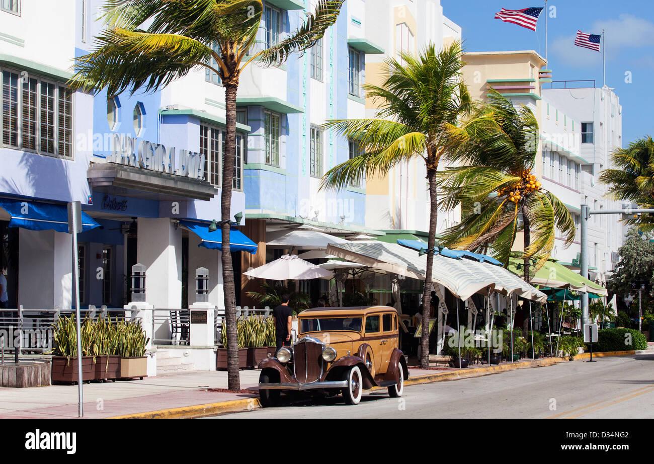 Une vieille voiture Buick sur Ocean Drive, à South Beach, Miami Beach, États-Unis Photo Stock