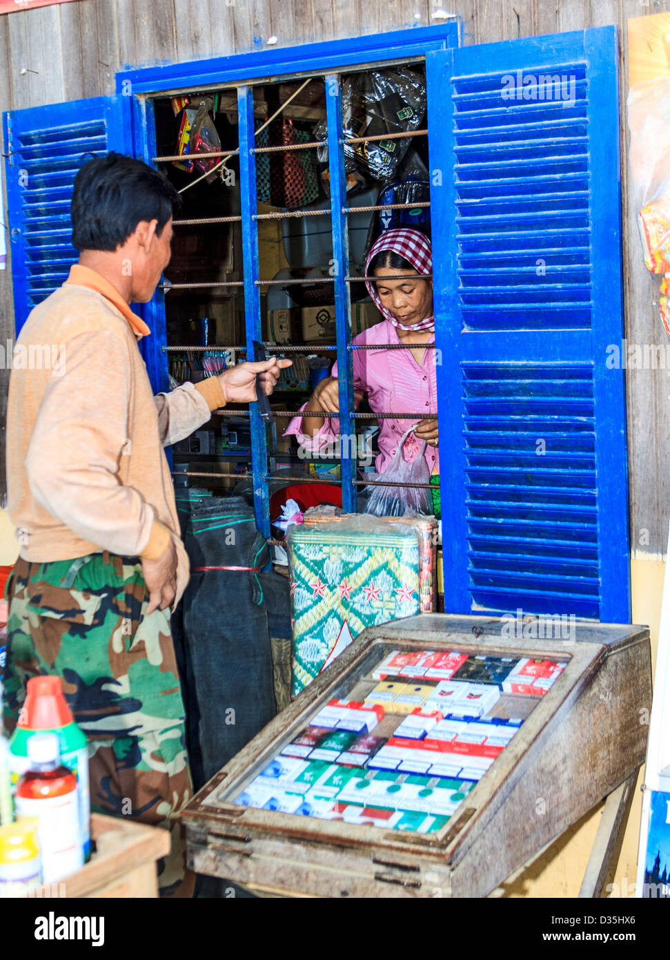 L'homme achète des marchandises à stocker dans Cham village le long du Mékong au sud de Kratie, Photo Stock
