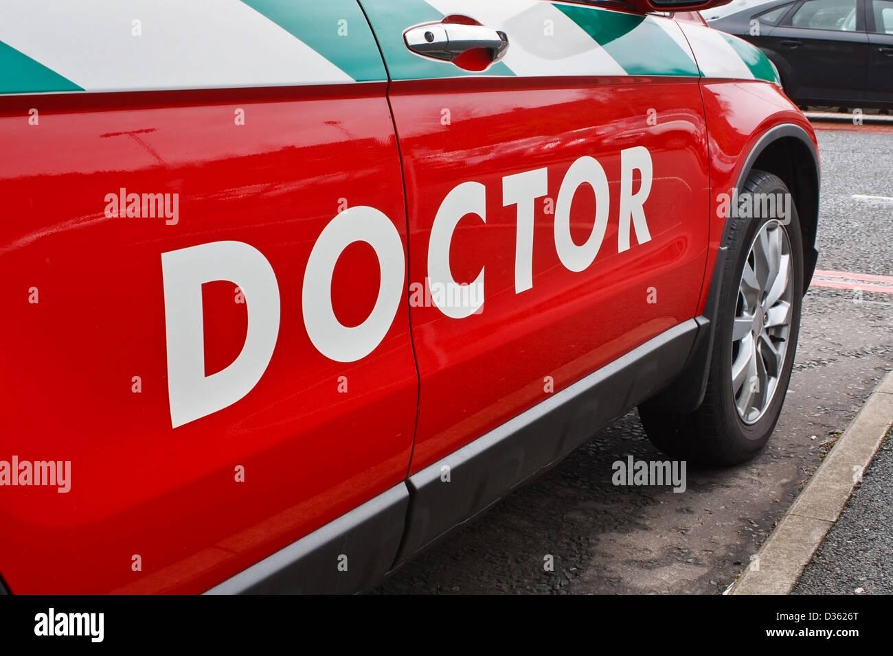 Les médecins d'un véhicule d'urgence pour les visites à domicile d'urgence Photo Stock