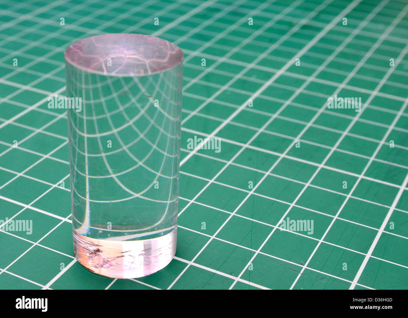 Vérin de perspex montrant la réfraction de la lumière sur une grille carrée Photo Stock