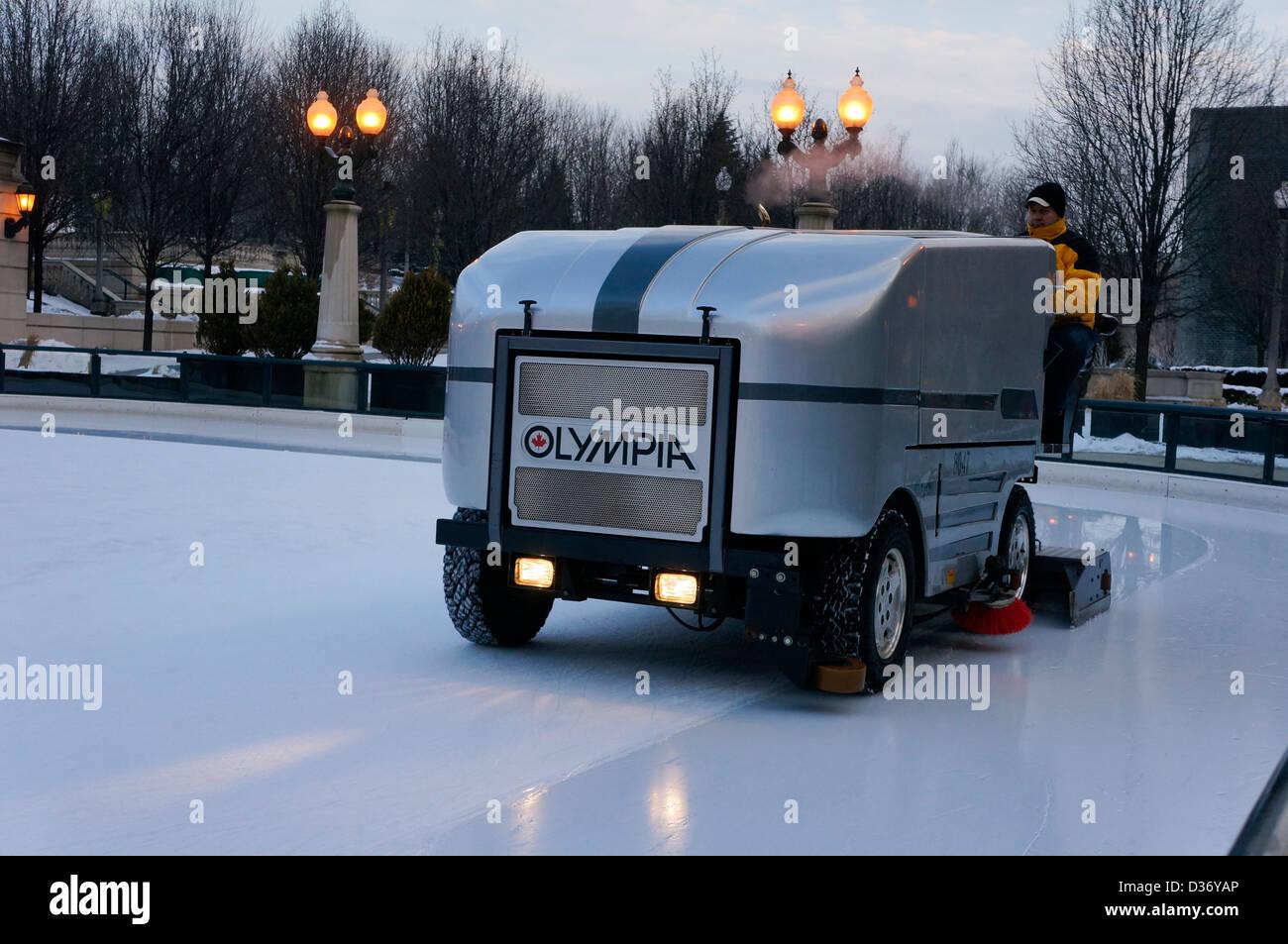Machine pour faire fondre la glace lisse pour les patineurs. Une resurfaceuse de glace patinoire de lissage Banque D'Images