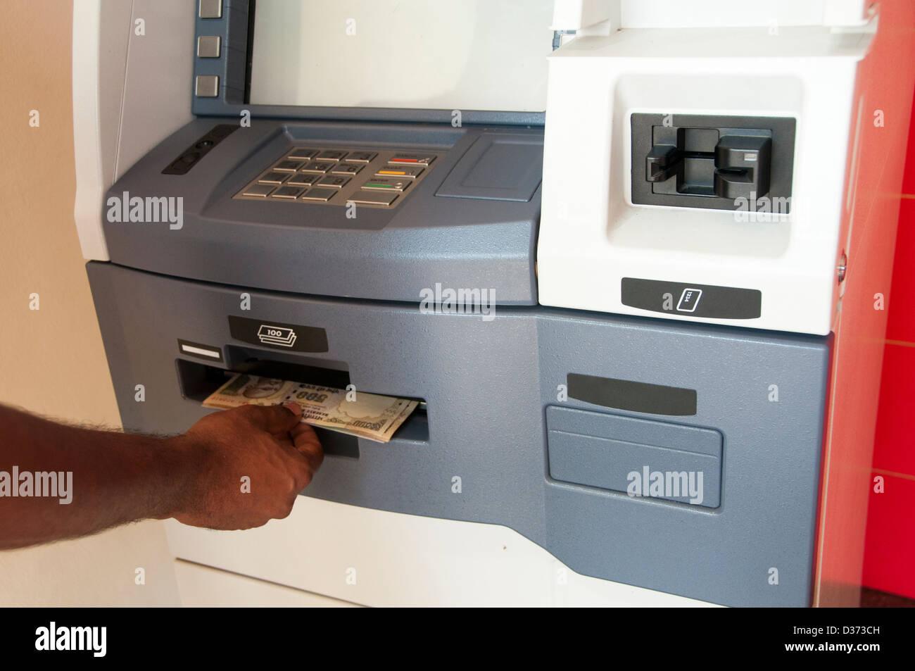 Retrait d'argent au distributeur Banque D'Images