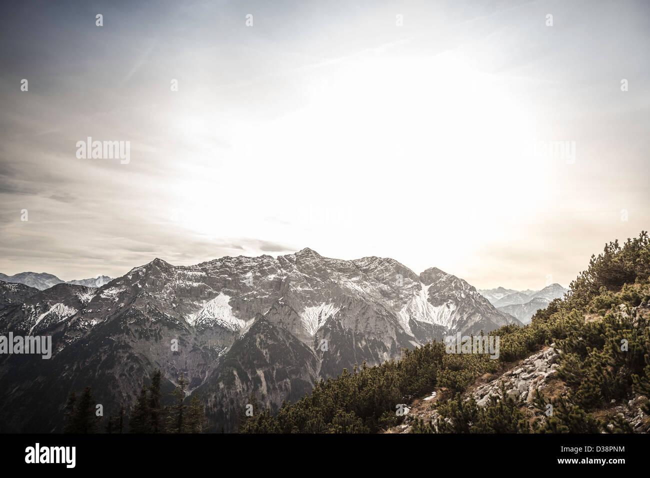 Montagnes et d'arbres in rural landscape Photo Stock