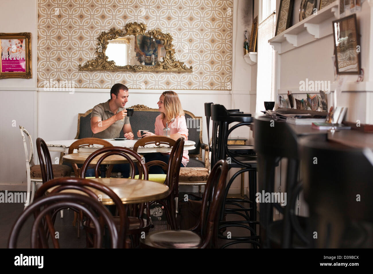 Couple having coffee at 'Liberte' à la London coffee house et bar à vin. Albany, Australie occidentale, Photo Stock