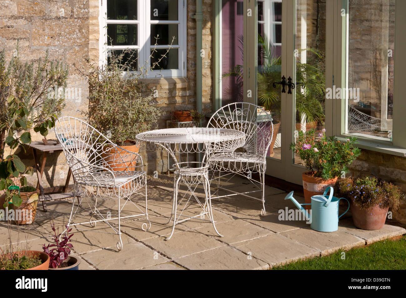 Véranda De Jardin Extérieur chaises et table en métal sur patio à l'extérieur véranda