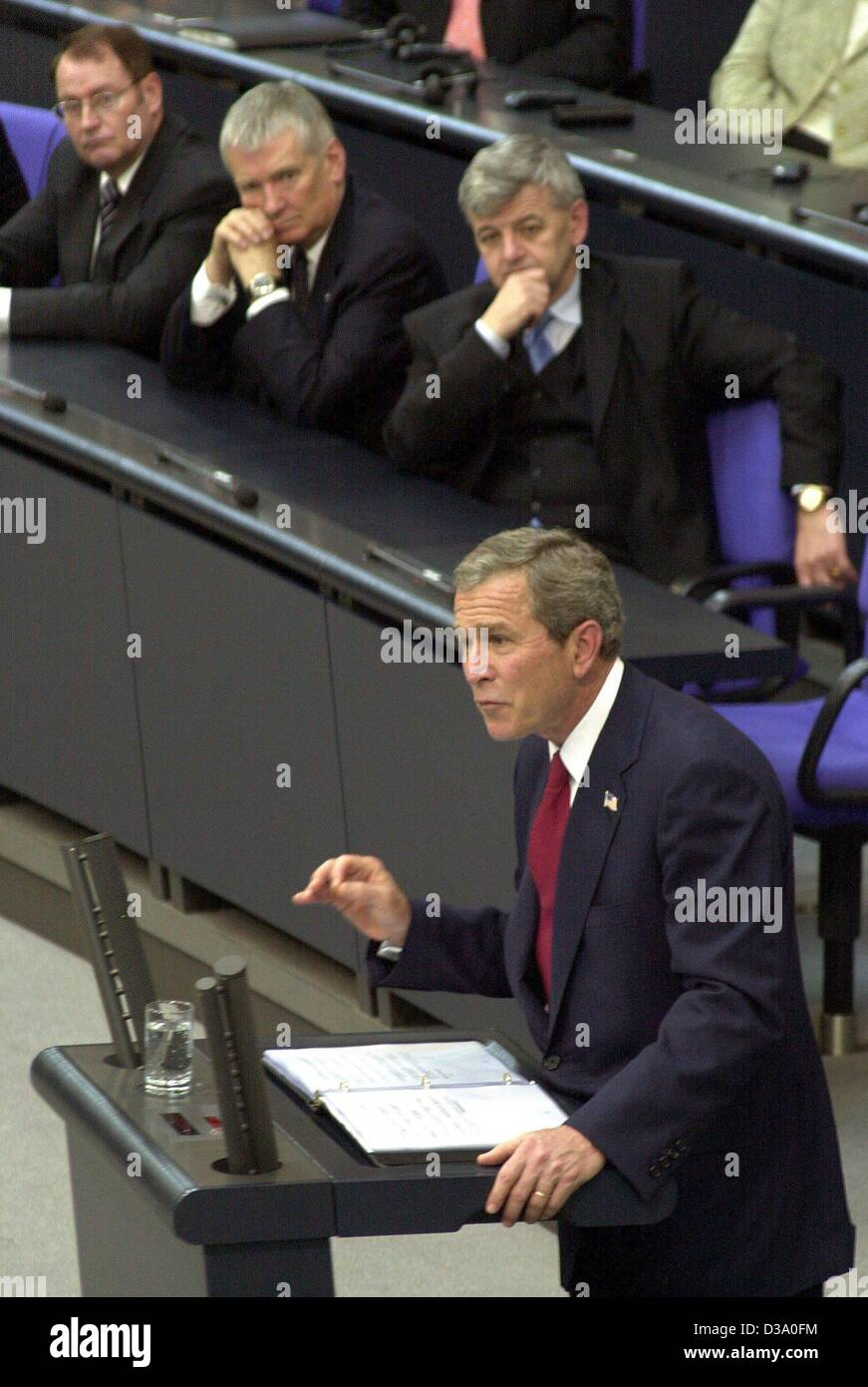 """(Afp) - Le président américain George W. Bush offre son discours en allemand le parlement, le Bundestag à Berlin, tandis que le ministre des Affaires étrangères, Joschka Fischer (2e à partir de la R), et le ministre de l'intérieur Otto Schily (3e à partir de la R) sont à l'écoute, le 23 mai 2002. Il a appelé à une apparence européenne conjointe contre les """"ennemis de la libre Banque D'Images"""