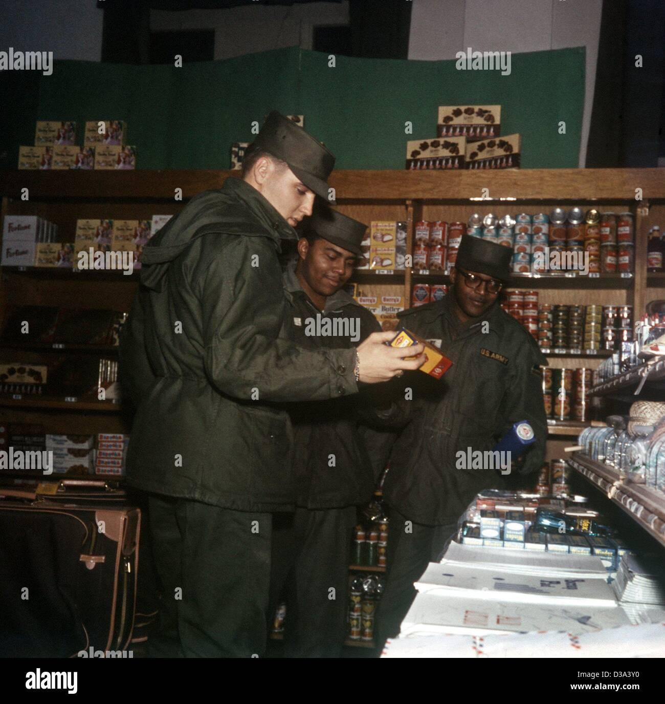 (Afp) - Elvis Presley (L) et deux camarades consultez l'offre au Ray Barracks PX (échange de poste, magasin Photo Stock