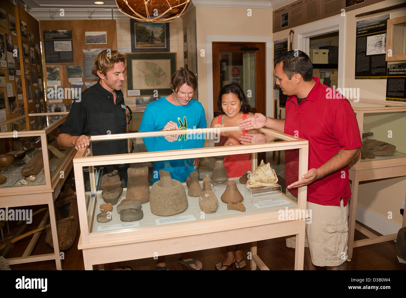 Un guide et touristes visitent le centre de la Culture et du patrimoine Lanai à Lanai City, île de Lanai, Photo Stock