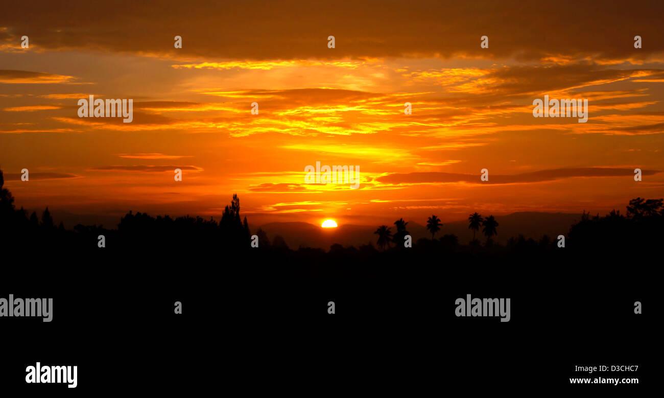 Le soleil du matin à l'horizon, un sommeil réparateur. Photo Stock