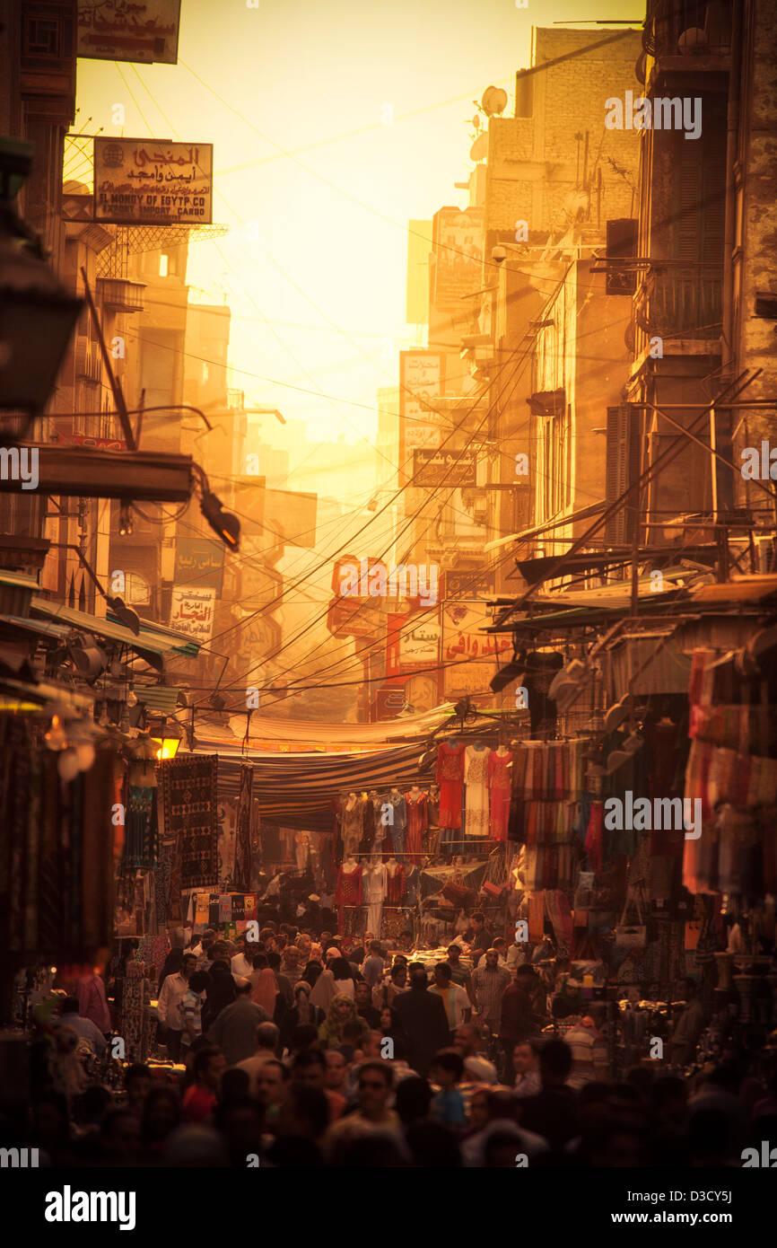 Khan el-Khalili (arabe: خان) الخليلي au coucher du soleil. Il s'agit d'un grand souk dans le quartier Photo Stock