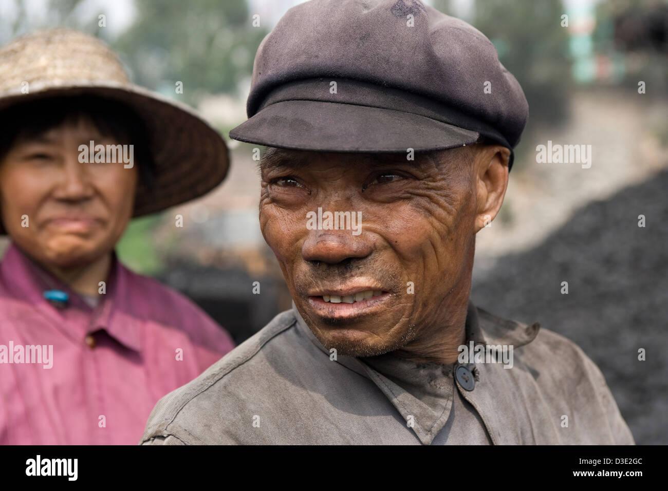 DATONG, province de Shanxi, Chine - AOÛT 2007: Li Yu, 64 ans, prend une pause à partir de charbon de tri sur un Banque D'Images