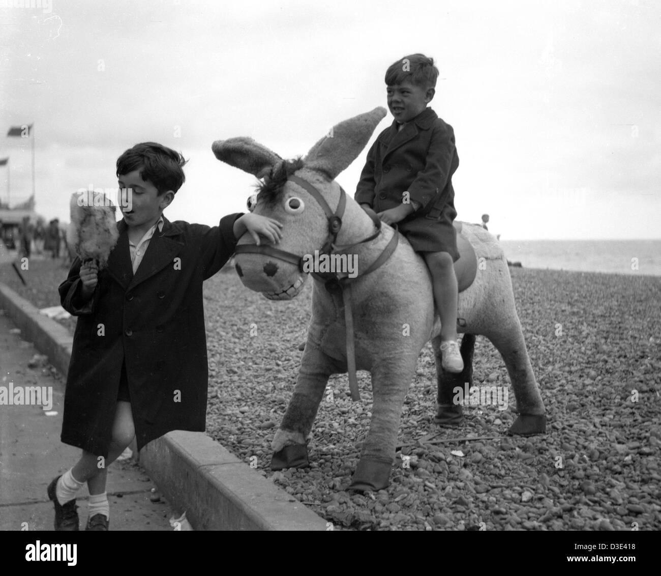 Deux garçons sur la plage de Brighton, circa 1950 Banque D'Images