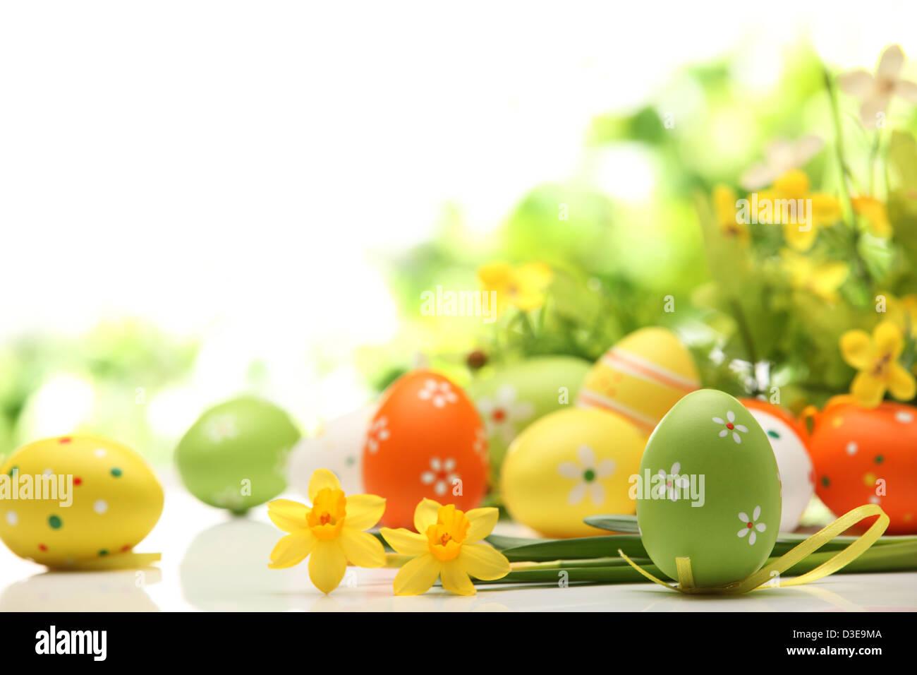 Oeufs de Pâques décorés de fleurs sur fond blanc Photo Stock