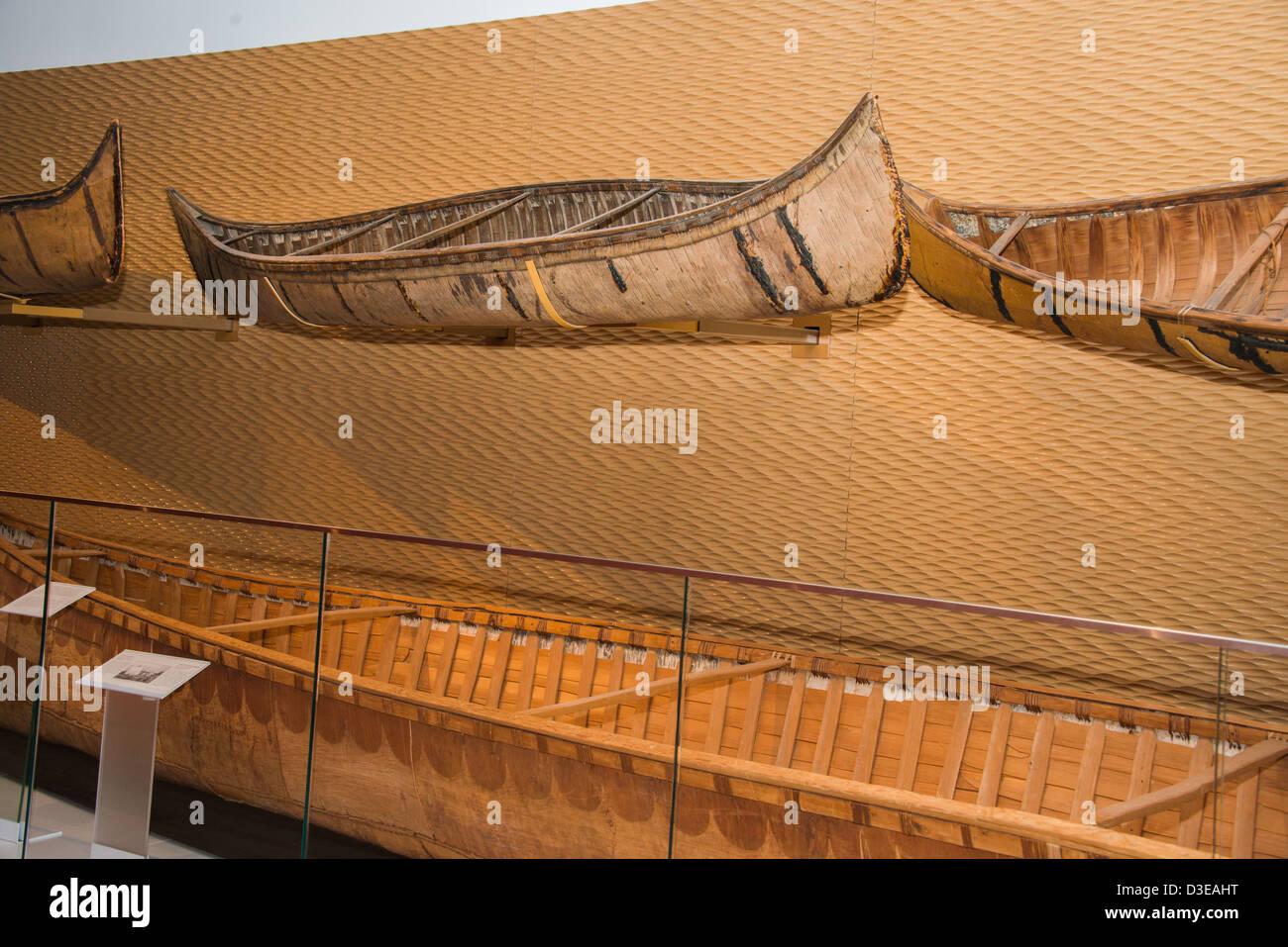 Native Indian canot en écorce de bouleau afficher au Musée royal de l'Ontario, Toronto, Canada. Photo Stock