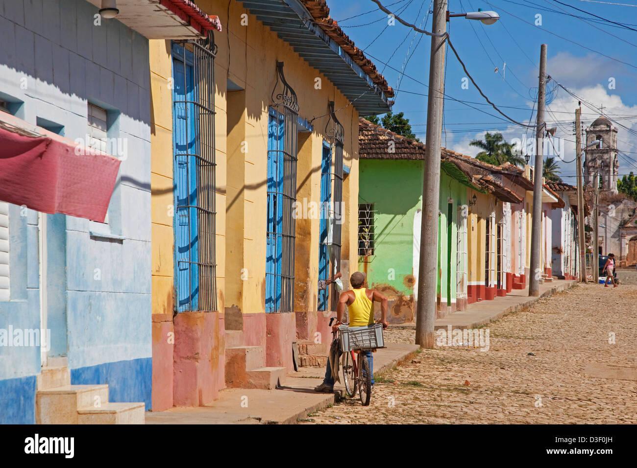 Rue coloniale de couleurs pastels avec des maisons dans le centre de Trinidad, Cuba Photo Stock