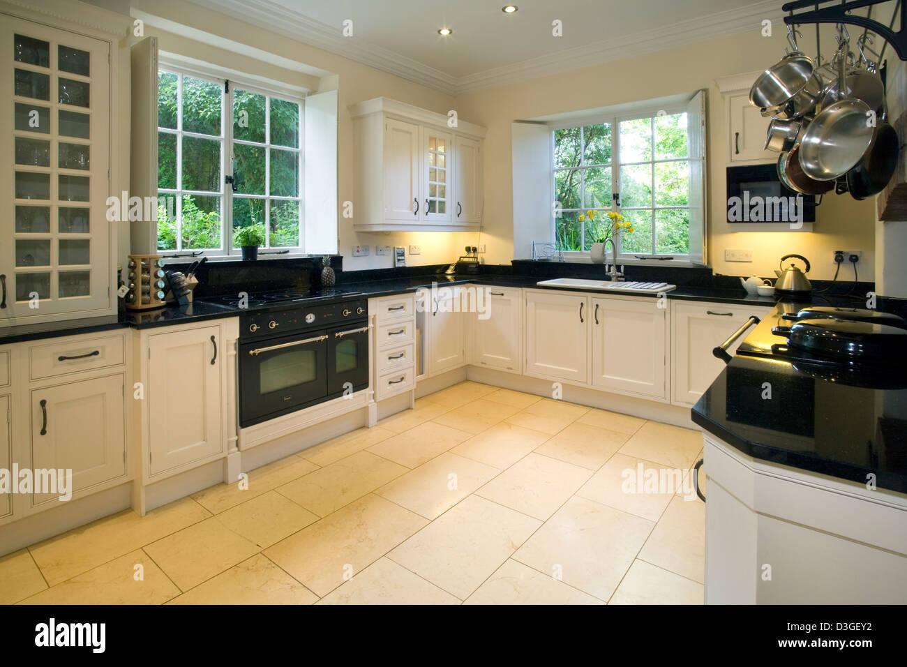 Une cuisine équipée contemporaine avec pierre sombre plateaux de ...