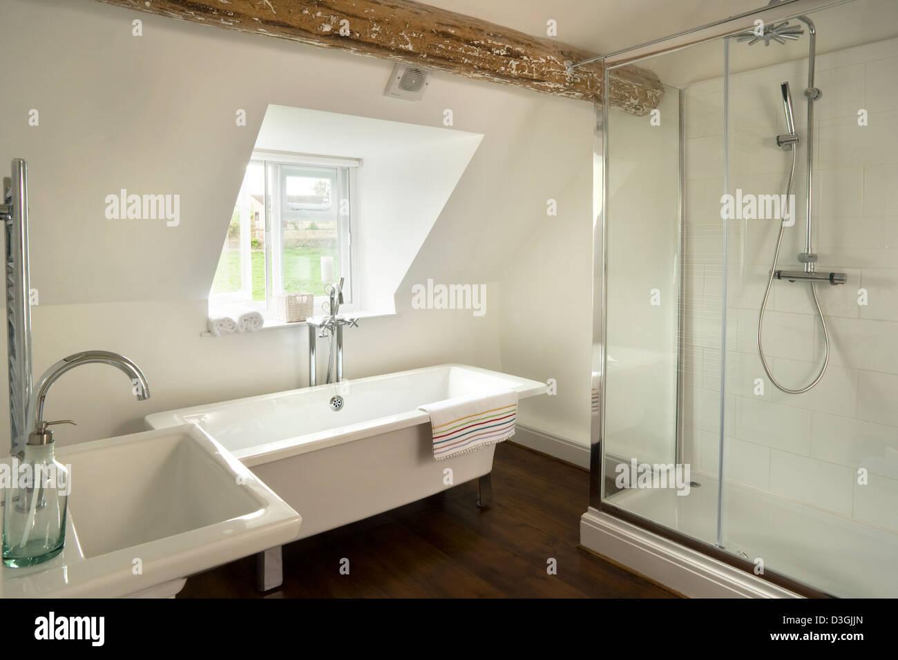 Salle de bains contemporaine avec baignoire et grand piédestal ...