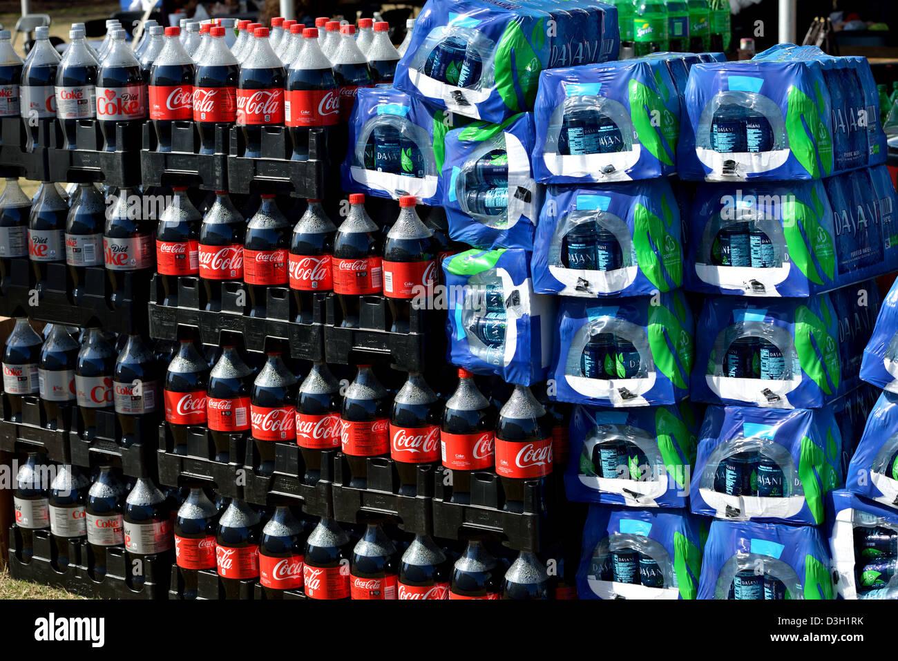 Les boissons gazeuses et eau embouteillée Photo Stock