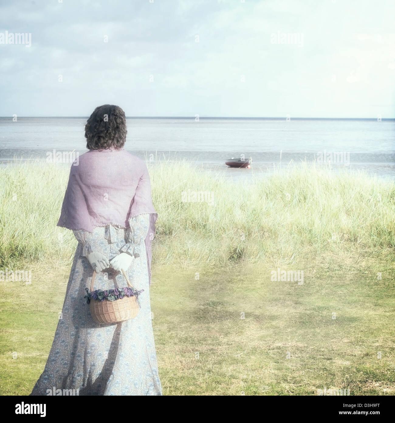 Une femme est à la recherche de la mer Photo Stock