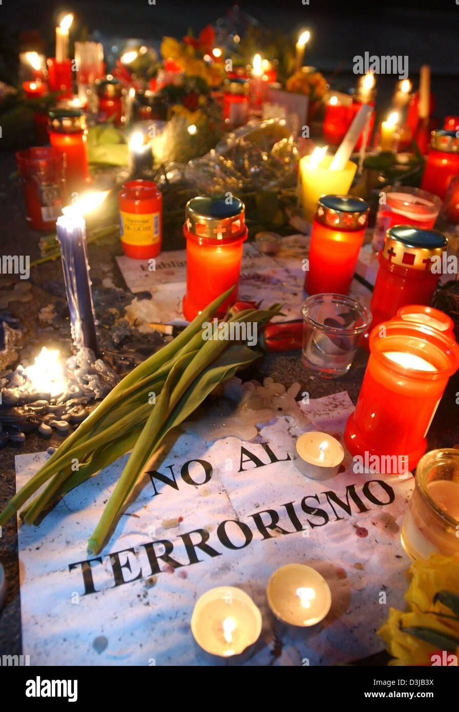 """(Afp) - un signe parmi les fleurs et allumé des bougies se lit 'No al terrorismo"""" (Non au terrorisme) en face de l'ambassade d'Espagne à Berlin, 14 mars 2004. 200 personnes ont été tuées et plus de 1 200 blessés dans un attentat à la bombe dans la capitale espagnole la semaine dernière. Banque D'Images"""