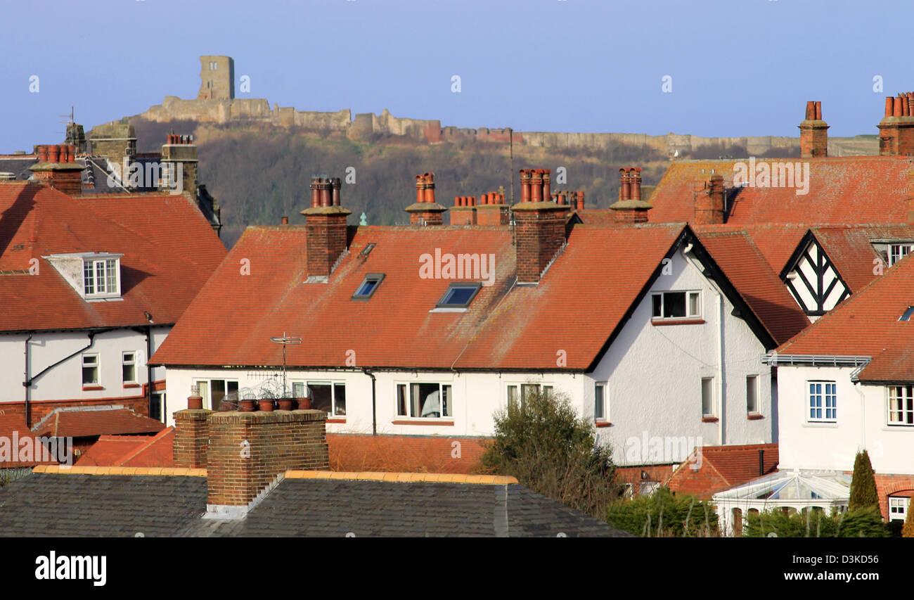 Maisons de tuiles rouges et le château de Scarborough, North Yorkshire, Angleterre. Photo Stock