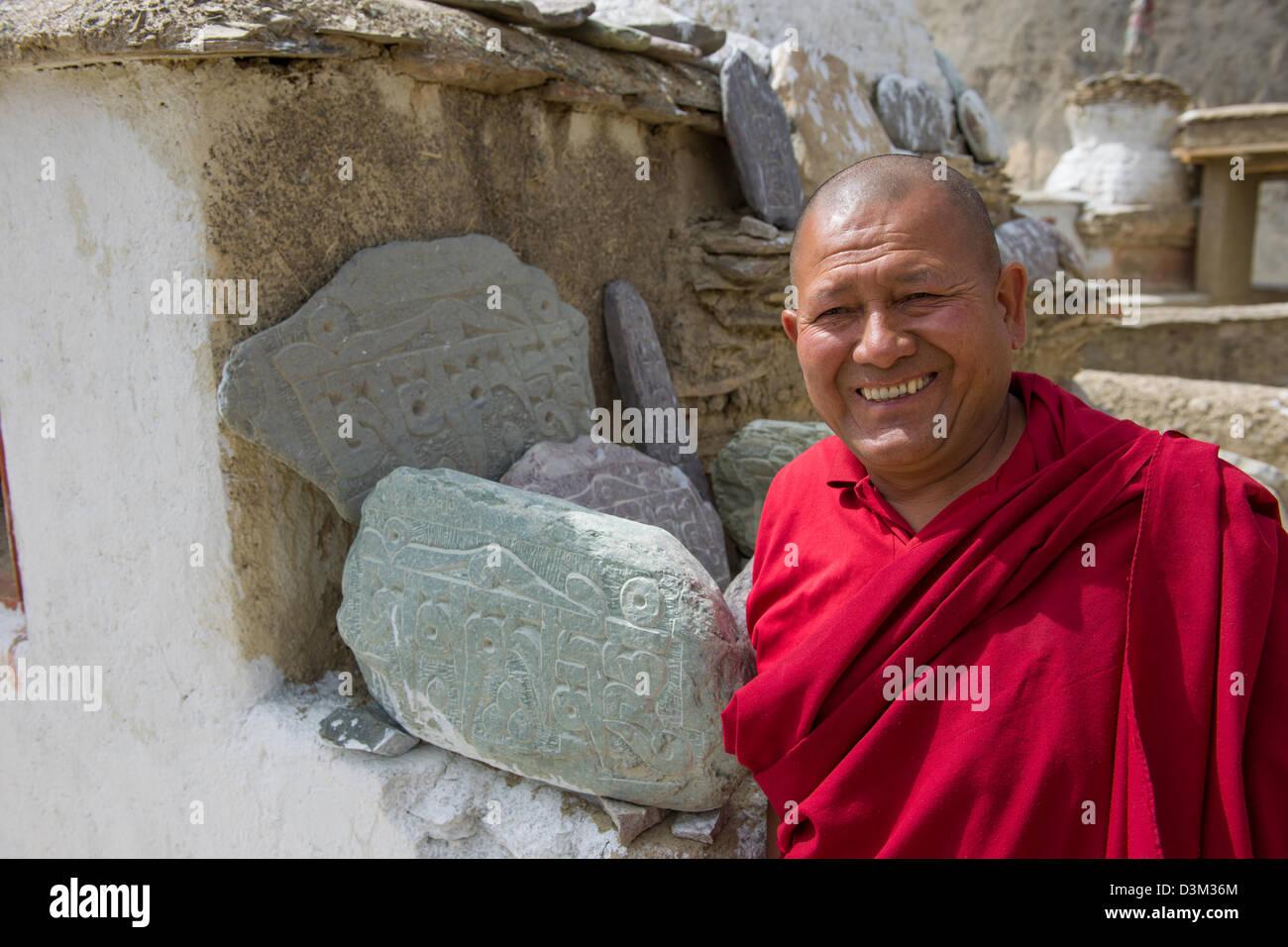 Vénérable Phunchok Namgyal, moine au monastère de Lamayuru la qui sculpte les pierres Mani, Leh (Ladakh), Jammu Banque D'Images