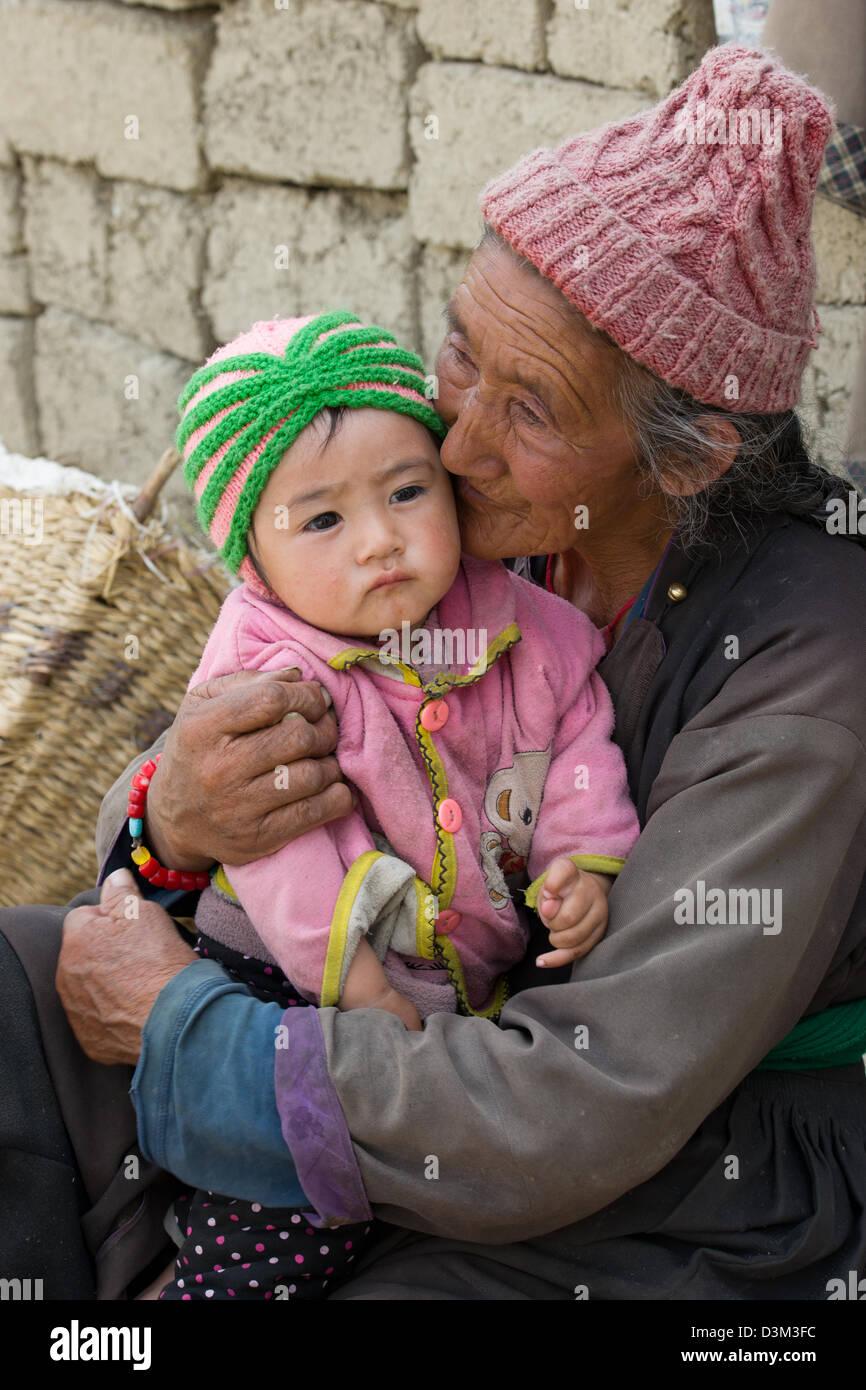 Femme âgée s'embrasser sa petite-fille, Leh (Ladakh), Jammu-et-Cachemire, l'Inde Photo Stock