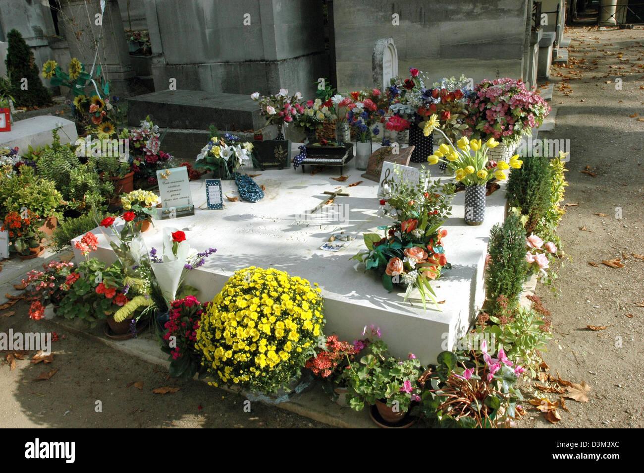 Afp) - l'image montre la tombe du chanteur chanson française Gilbert