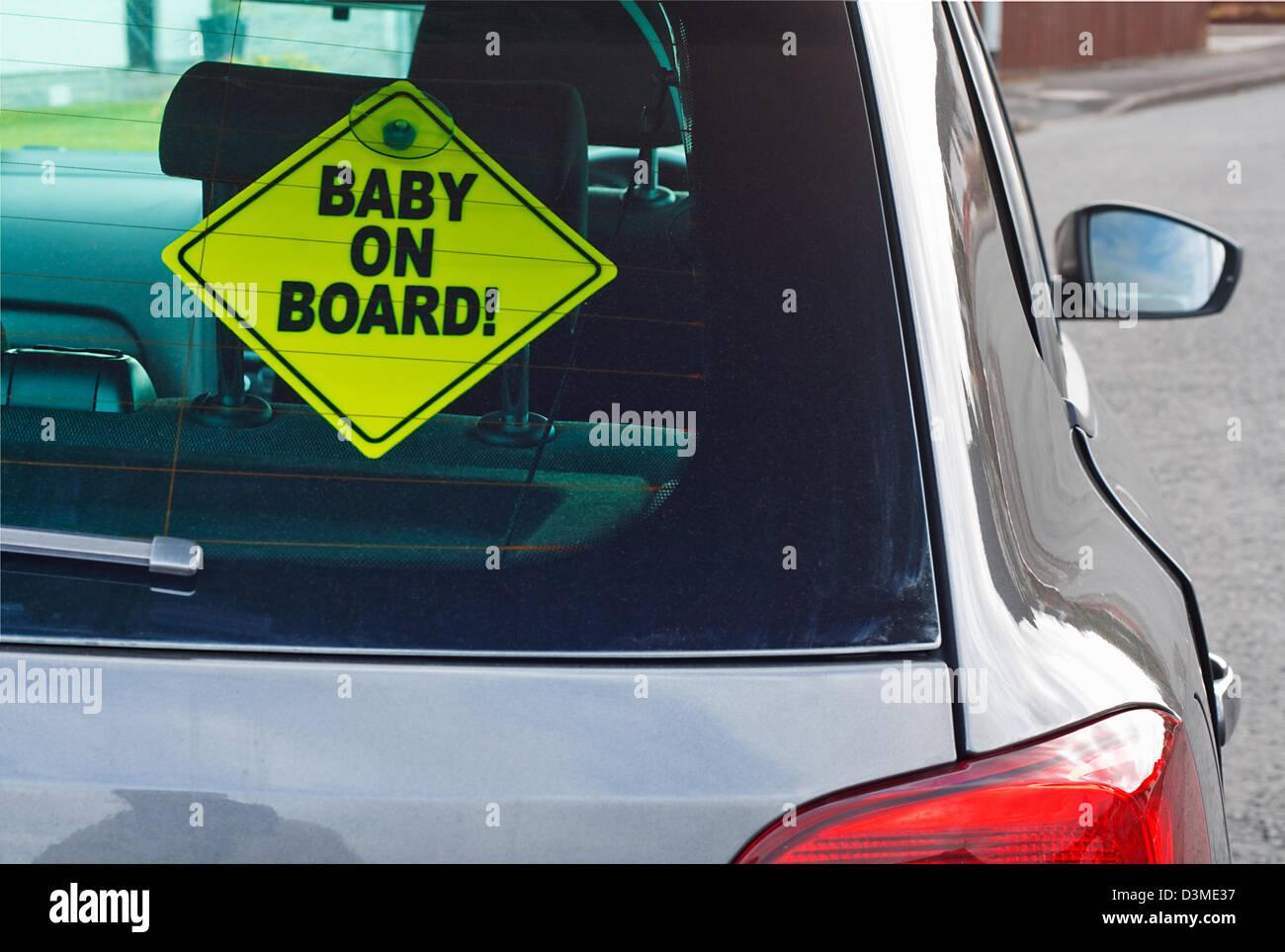 Bébé à bord dun panneau davertissement dans la fenêtre arrière dune voiture à conseiller voitures derrière de la présence dun tout petit