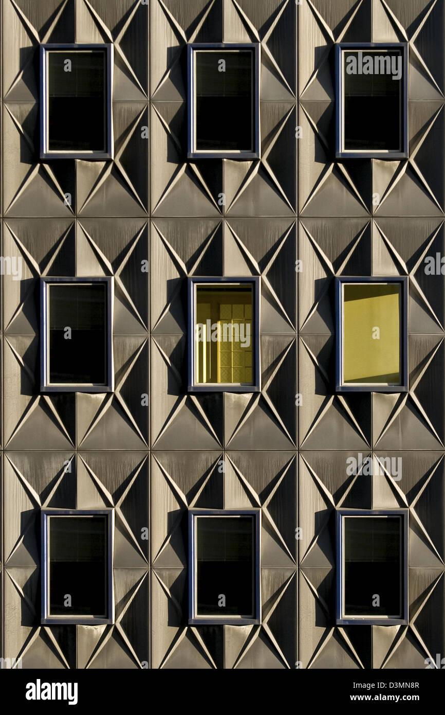 Les motifs d'un ensemble de fenêtres sur un bâtiment à Pittsburgh, Pennsylvanie. Photo Stock