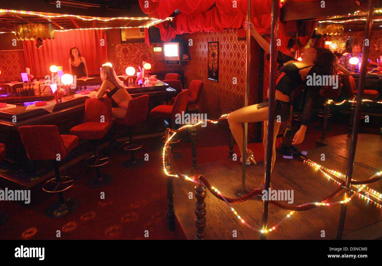 Une femme effectue à une table dance club à la Reeperbahn