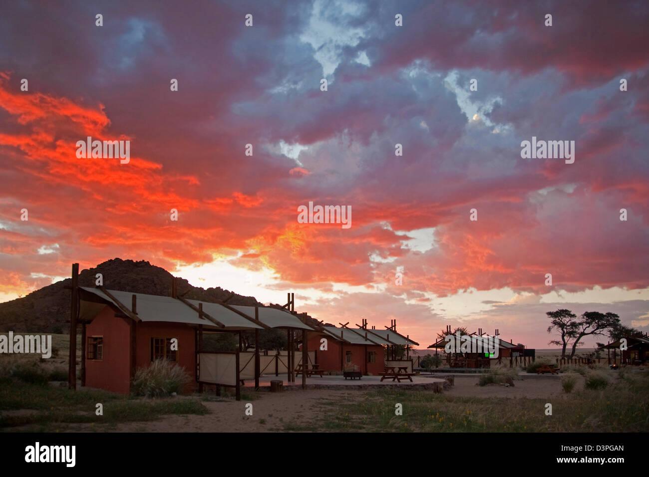 Desert Camp lodges au coucher du soleil près de Sossusvlei, Namib-Naukluft, Namibie, Afrique du Sud Photo Stock