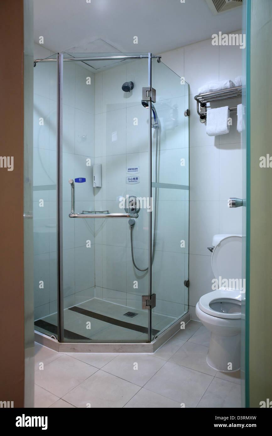 Une salle de bains design moderne et contemporain Banque D ...