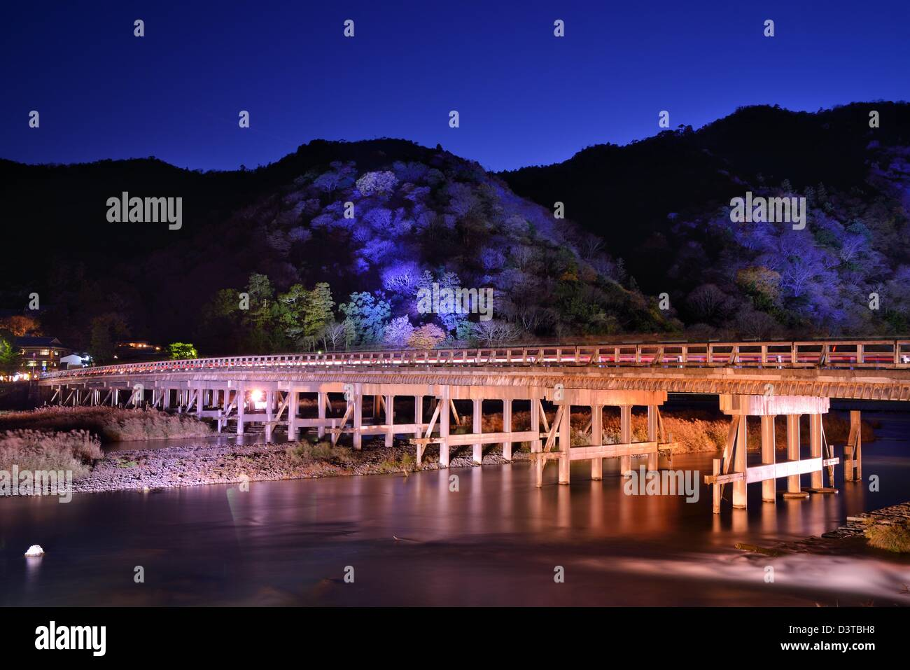 Historique Le pont Togetsukyo, illuminé la nuit dans le quartier de Arashiyama, Kyoto, Japon. Photo Stock