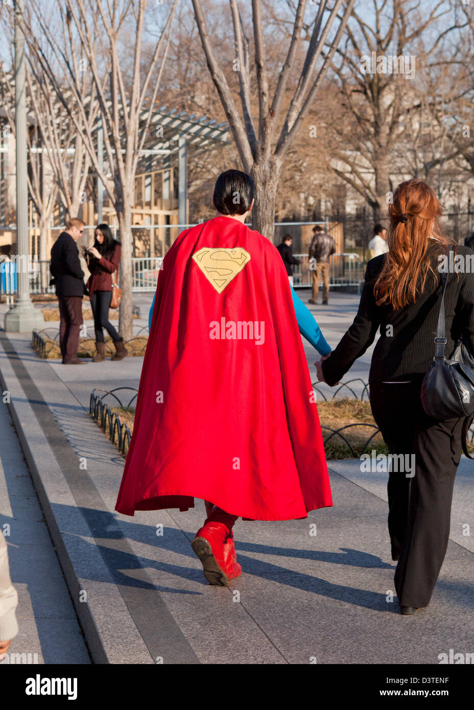 L'homme en costume de superman Photo Stock