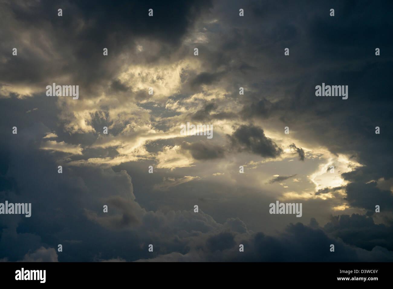 Les rayons du soleil à travers le ciel spectaculaire tempête Photo Stock