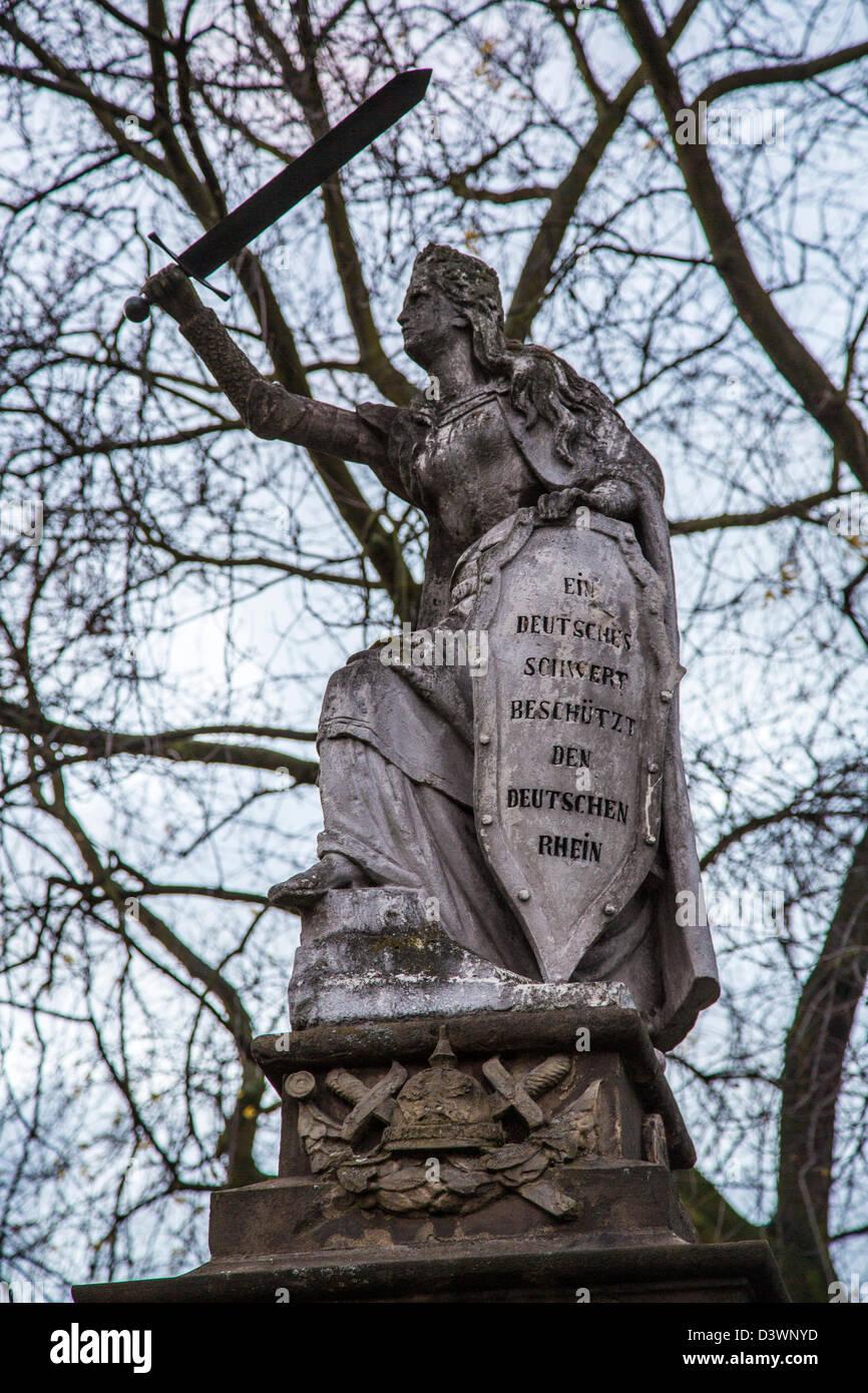 Monument à Duisburg-Homberg, sur le Rhin, Allemagne figure à l'épée et bouclier. Symbole Photo Stock