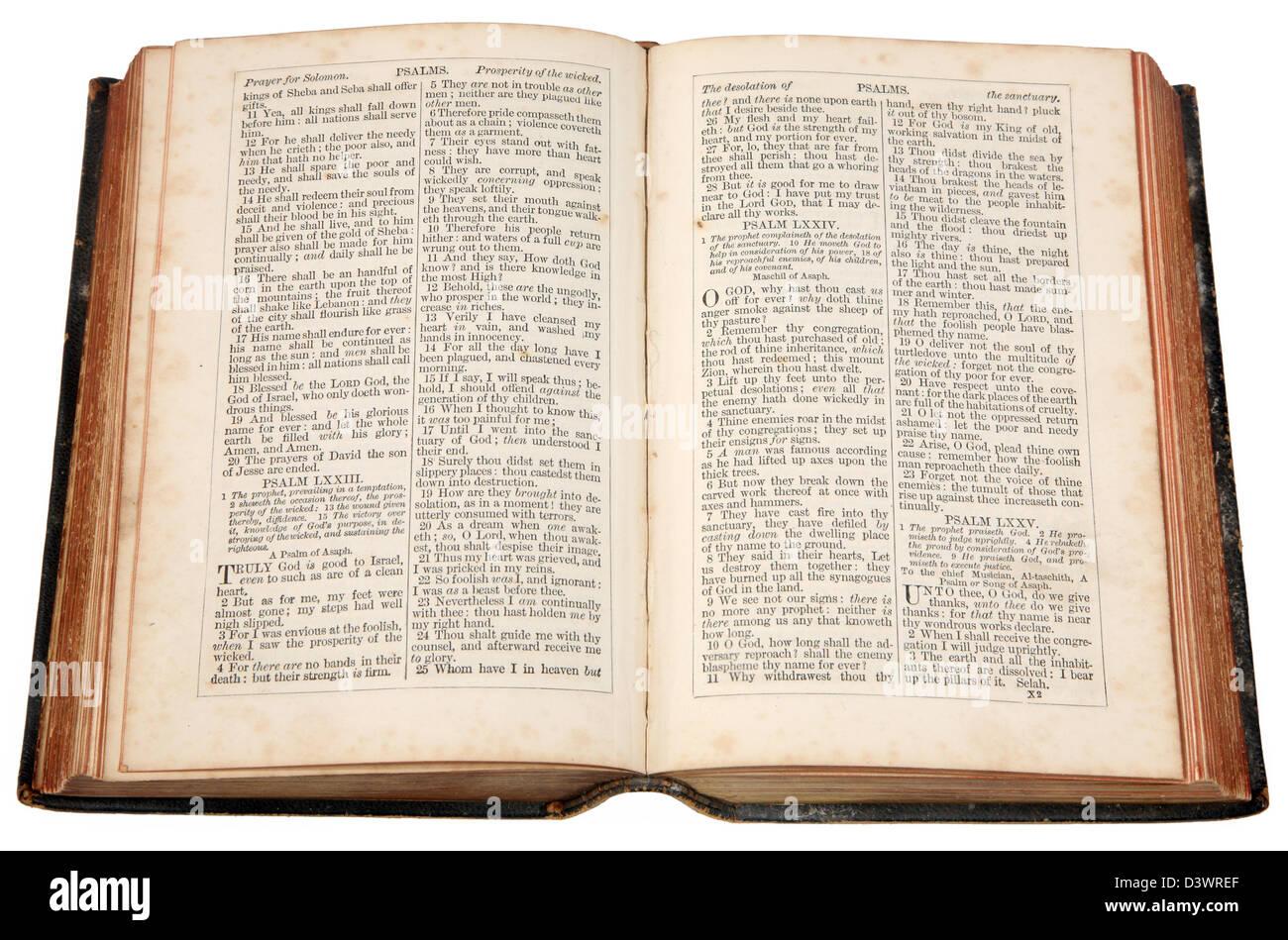 Une vieille Bible publiée en 1868. Banque D'Images